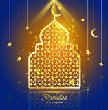 Diseño de Ramadan Kareem de la tarjeta de felicitación con la mezquita de la silueta ilustración del vector