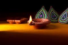 Diseño de Rangoli alrededor de la lámpara de Diwali Fotos de archivo