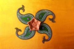 Diseño de Rangoli alrededor de la lámpara de Diwali Imágenes de archivo libres de regalías