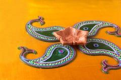 Diseño de Rangoli alrededor de la lámpara de Diwali Fotografía de archivo libre de regalías