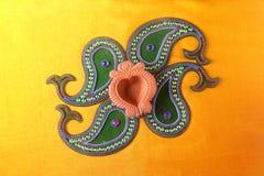 Diseño de Rangoli alrededor de la lámpara de Diwali Foto de archivo libre de regalías