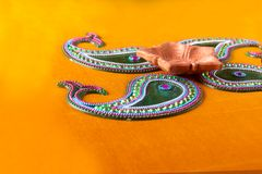 Diseño de Rangoli alrededor de la lámpara de Diwali Imagen de archivo