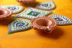 Diseño de Rangoli alrededor de la lámpara de Diwali Fotos de archivo libres de regalías