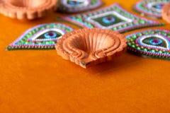 Diseño de Rangoli alrededor de la lámpara de Diwali Imagen de archivo libre de regalías