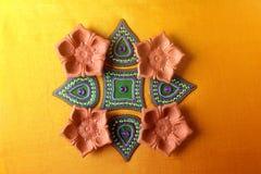 Diseño de Rangoli alrededor de la lámpara de Diwali Imagenes de archivo
