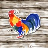 Diseño de tarjeta chino del Año Nuevo con el gallo rojo, símbolo del zodiaco de 2017, en fondo de madera de la acuarela Imágenes de archivo libres de regalías