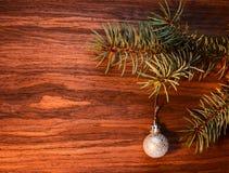 Diseño de tarjeta del Año Nuevo con la rama de una picea y de una Navidad azules Imagen de archivo libre de regalías