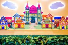Diseño de una sala de juegos del ` s de los niños Adornos coloridos brillantes del hada-cuento Contra la pared Fotografía de archivo