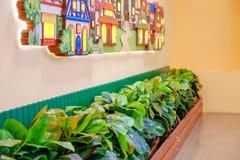 Diseño de una sala de juegos del ` s de los niños Adornos coloridos brillantes del hada-cuento Contra la pared Imagen de archivo