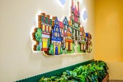 Diseño de una sala de juegos del ` s de los niños Adornos coloridos brillantes del hada-cuento Contra la pared Fotografía de archivo libre de regalías