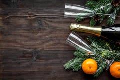 Diseño del Año Nuevo 2018 con la picea, la botella del champán y los vidrios en el espacio de madera de la opinión superior del f Fotografía de archivo libre de regalías