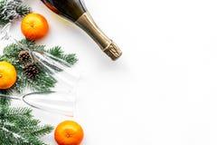 Diseño del Año Nuevo 2018 con la picea, la mandarina, la botella del champán y los vidrios en el espacio blanco de la opinión sup Imagen de archivo libre de regalías