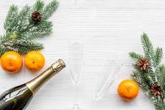 Diseño del Año Nuevo 2018 con la picea, la mandarina, la botella del champán y los vidrios en el espacio blanco de la opinión sup Foto de archivo