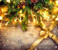 Diseño del arte de la frontera de la Navidad con las chucherías y la guirnalda ligera Foto de archivo libre de regalías