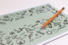 Diseño del bosquejo de la educación en el cuaderno con el espacio de la copia Iconos de pensamiento de los garabatos del concepto Imagen de archivo
