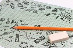 Diseño del bosquejo de la educación en el cuaderno con el espacio de la copia Iconos de pensamiento de los garabatos del concepto Fotos de archivo