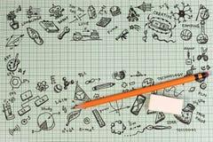 Diseño del bosquejo de la educación en el cuaderno con el espacio de la copia Iconos de pensamiento de los garabatos del concepto Fotografía de archivo