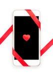 Diseño del día de tarjeta del día de San Valentín con el teléfono celular y la cinta roja Foto de archivo