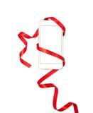 Diseño del día de tarjeta del día de San Valentín con el teléfono celular y la cinta roja Fotografía de archivo