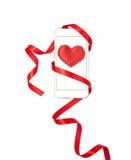 Diseño del día de tarjeta del día de San Valentín con el teléfono celular y la cinta roja Foto de archivo libre de regalías
