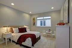 Diseño del dormitorio de los niños de la diversión con las paredes azules suaves fotografía de archivo