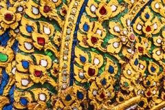 Diseño del estuco del oro de estilo tailandés nativo en la pared en budista Foto de archivo libre de regalías