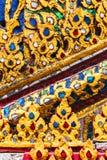 Diseño del estuco del oro de estilo tailandés nativo en la pared en budista Imagen de archivo libre de regalías