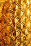 Diseño del estuco del oro de estilo tailandés nativo en la pared Foto de archivo