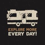 Diseño dibujado mano de la impresión del vintage del vector Explore más concepto Van symbol Etiqueta retra del viaje, logotipo co Foto de archivo libre de regalías