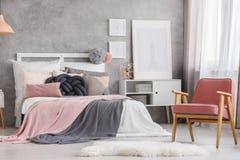 Diseño en colores pastel único del dormitorio Fotografía de archivo