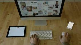 Diseño en el escritorio con el teclado, ratón, tableta metrajes