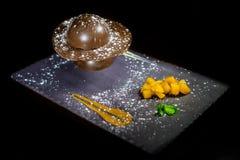 Diseño especial de la torta de chocolate del postre de la gastronomía de la comida con la decoración de la placa en fondo negro Fotografía de archivo