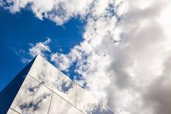 Diseño exterior del edificio moderno, fachada de cristal Reflexión del pájaro y del cielo nublado en vidrio Antecedentes urbanos  Imágenes de archivo libres de regalías
