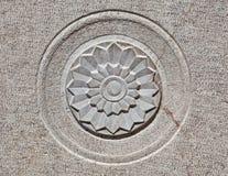 Diseño floral tallado en piedra Fotos de archivo