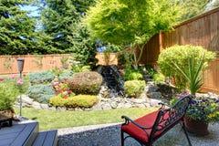 Diseño hermoso del paisaje para el jardín del patio trasero Imagen de archivo