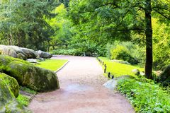 Dise?o hermoso en el parque - calzada anaranjada, ?rboles verdes y piedras pintorescas, callej?n del paisaje en el parque, Uman imagenes de archivo