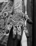 Diseño hindú de la alheña en las manos de mujeres de la India Imagen de archivo libre de regalías