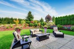 Diseño impresionante del paisaje del patio trasero con área del patio Imagen de archivo libre de regalías