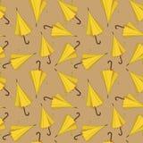 Diseño inconsútil del modelo con los parasoles de playa amarillos ilustración del vector