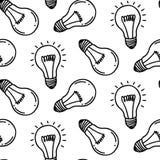 Diseño inconsútil dibujado mano del modelo de la bombilla de la lámpara Aislado en blanco Imagen de archivo