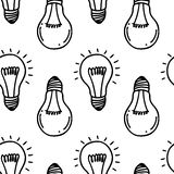 Diseño inconsútil dibujado mano del modelo de la bombilla de la lámpara Aislado en blanco Fotografía de archivo libre de regalías