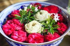Diseño interior arquitectónico tradicional: Adorne el cuenco de cerámica de la porcelana con las flores de loto dobladas hechas a fotos de archivo libres de regalías