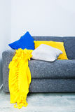 Diseño interior con los detalles azules, blancos y amarillos Fotografía de archivo