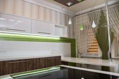 Diseño interior de la cocina blanca moderna imagenes de archivo
