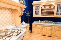 Diseño interior de la cocina de encargo hermosa de madera foto de archivo libre de regalías