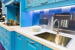 Diseño interior de la cocina de encargo hermosa de madera fotos de archivo libres de regalías
