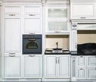 Diseño interior de la cocina de encargo hermosa de madera fotografía de archivo