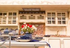 Diseño interior de la cocina de encargo hermosa de madera Imagenes de archivo