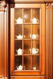 Diseño interior de la cocina de encargo hermosa de madera imagen de archivo libre de regalías