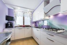 Diseño interior de la cocina moderna foto de archivo